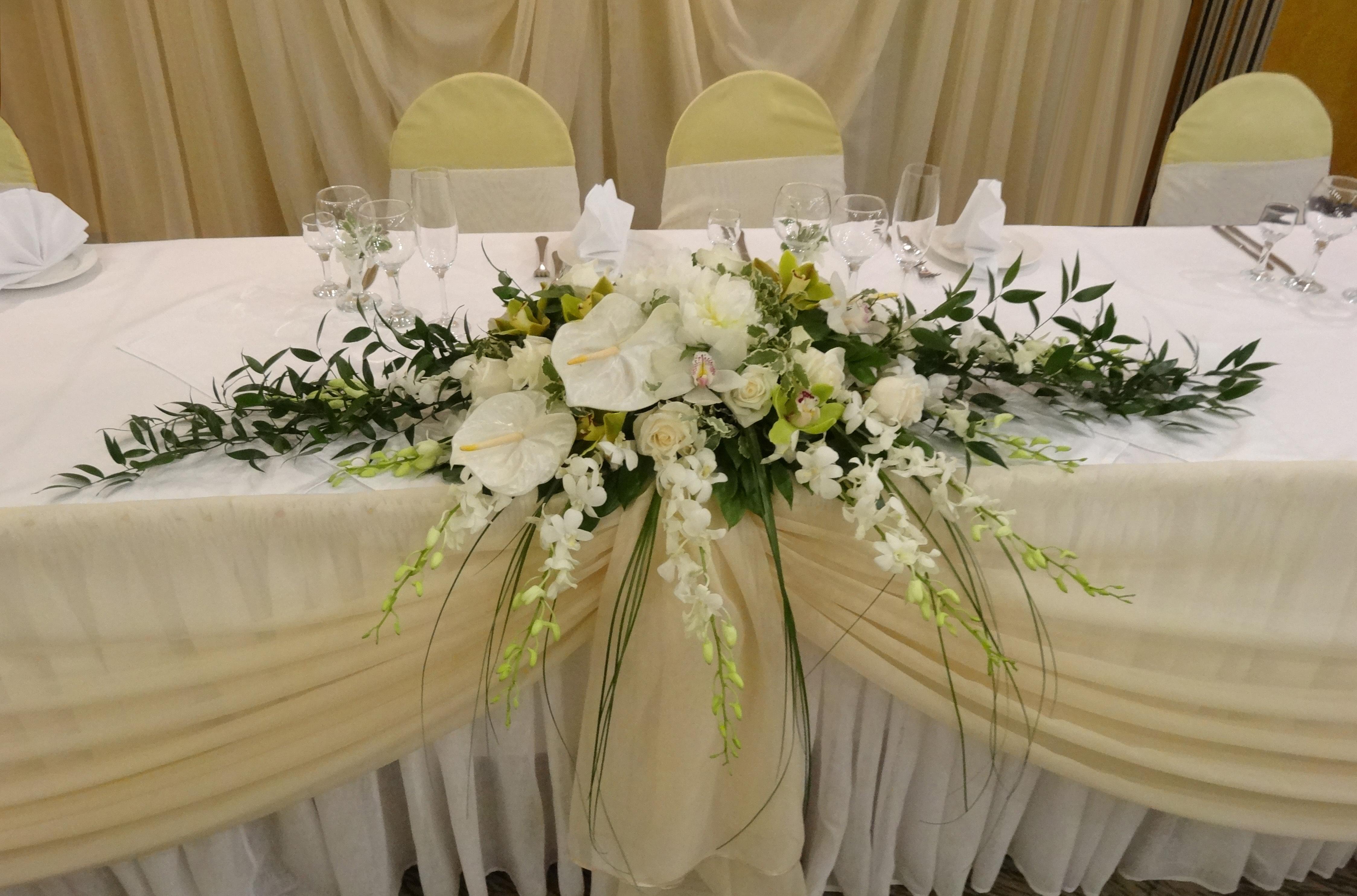 Оформление стола молодоженов фото цветами