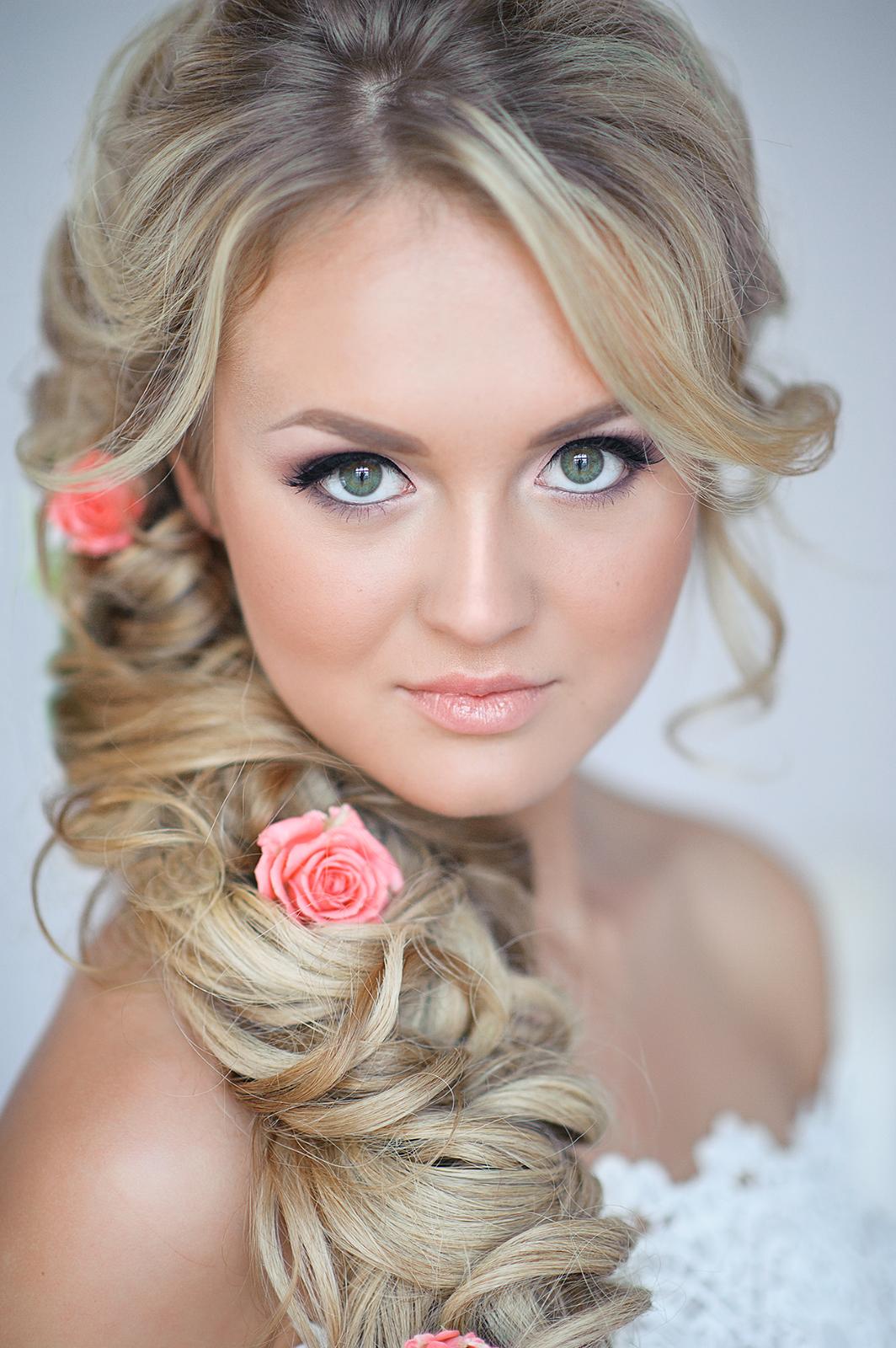 Свадебная прическа с цветами в волосах - 56d