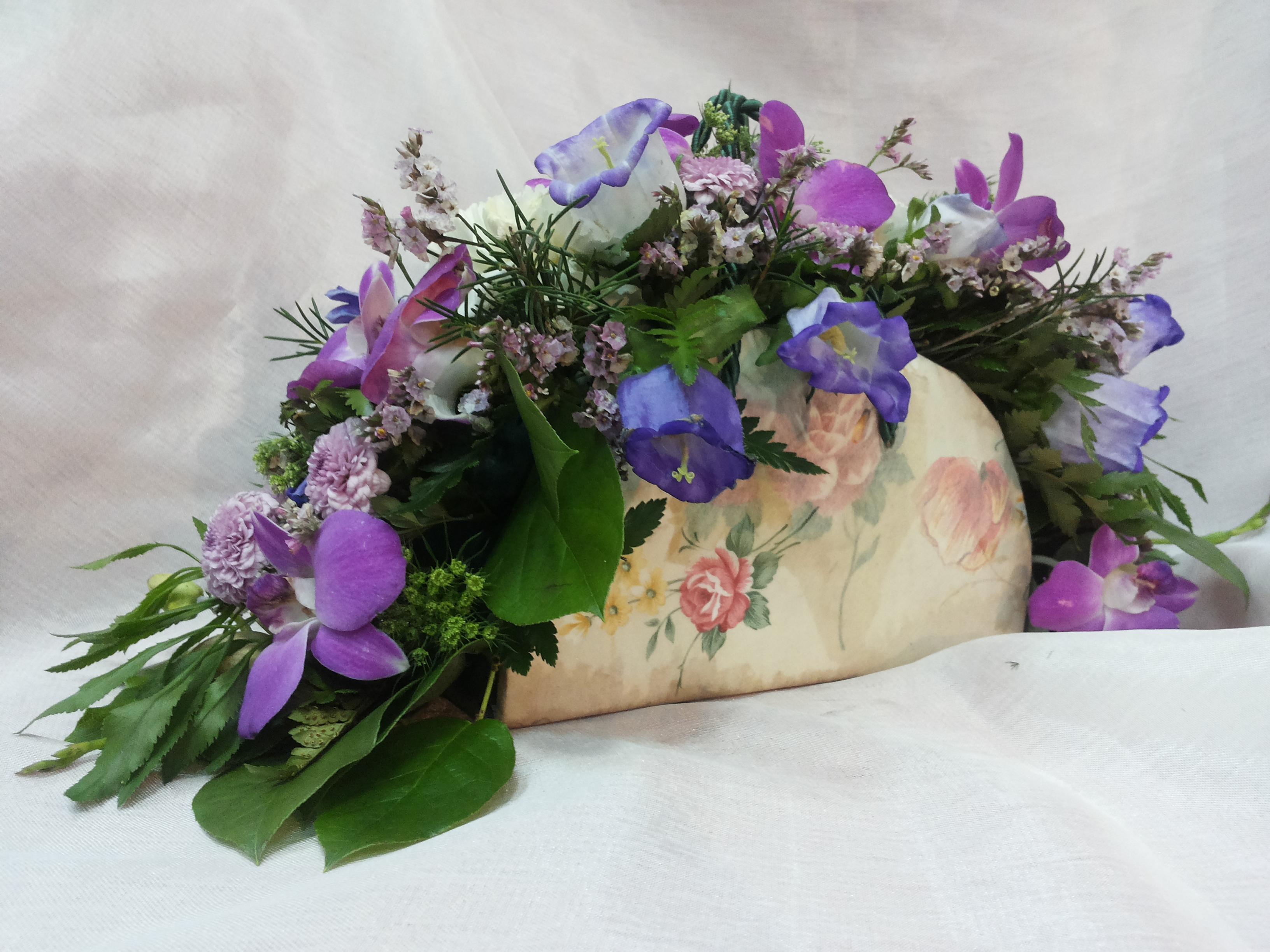 Композиции сумочки из живых цветов фото