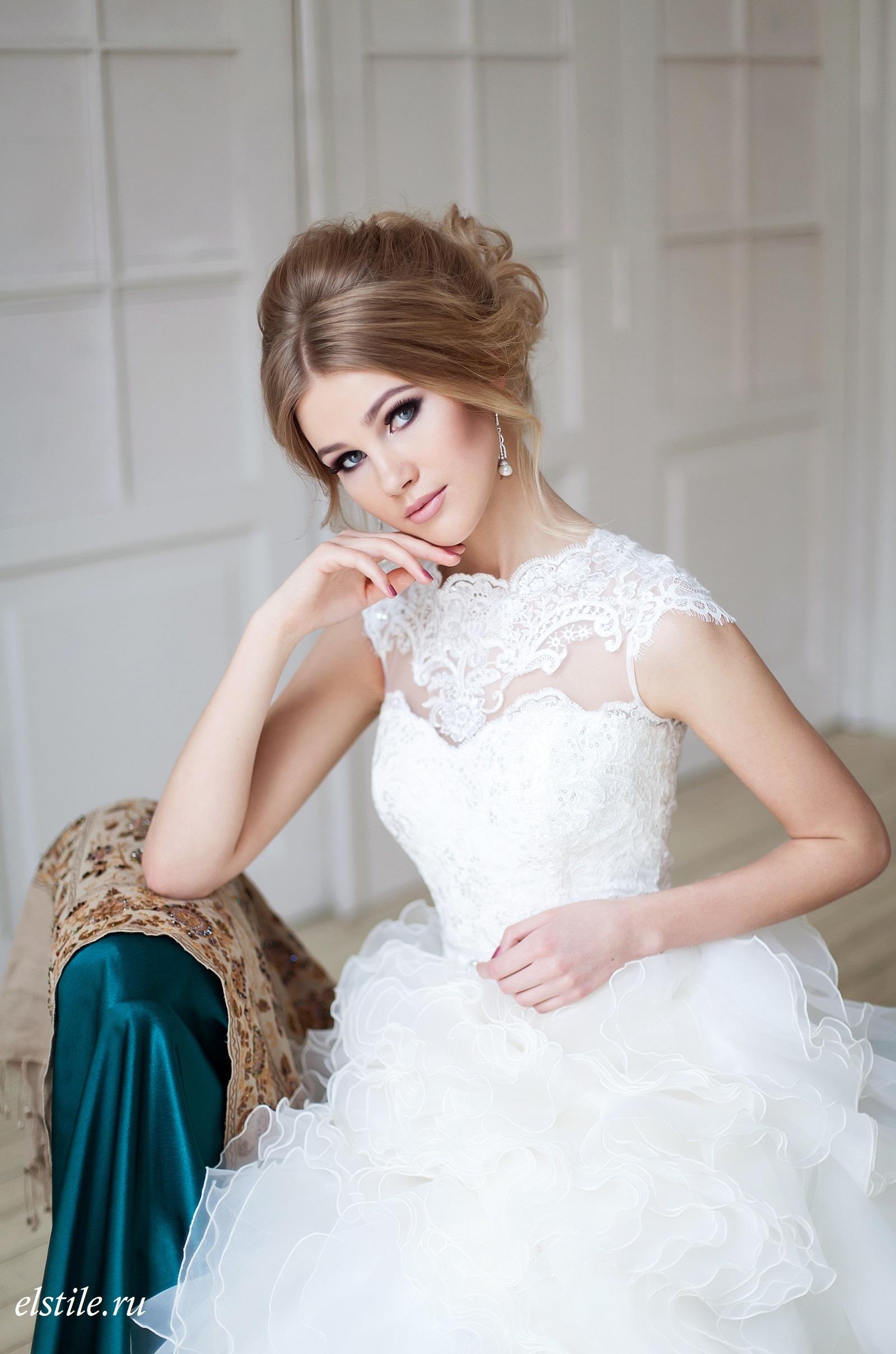 Свадебные прически для пышных платьев с фатой