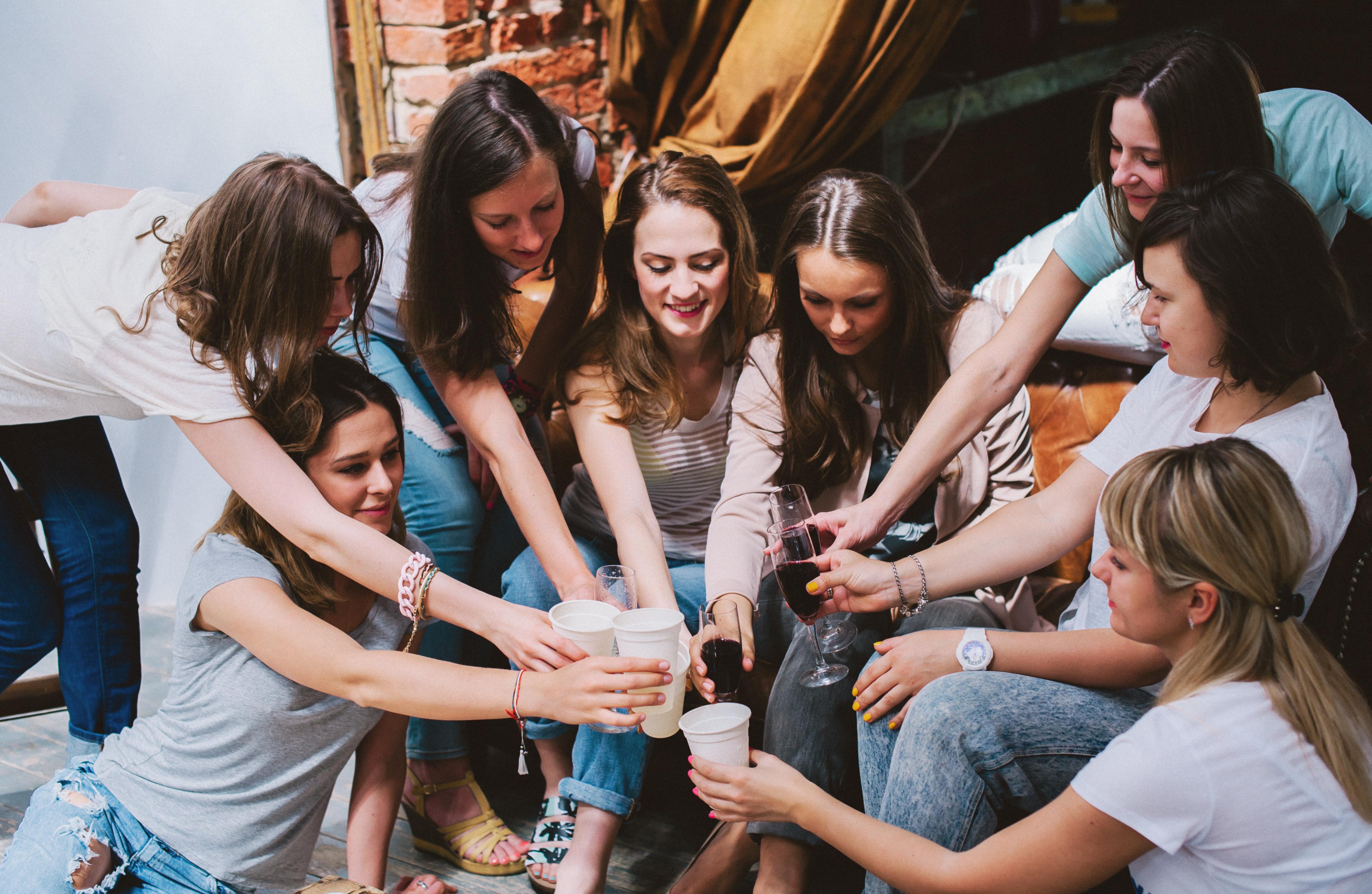 Фото девичник с парнями, Раскованные невесты трахаются после девичника порно 24 фотография