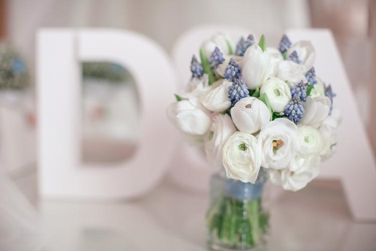 Букет невесты бело голубой