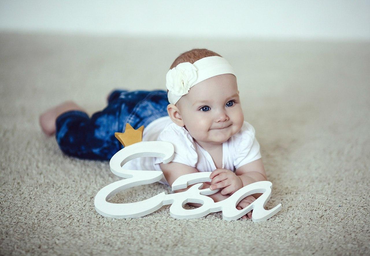 Фото ребенка с цифрой 7