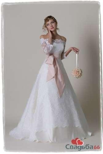 Белое пышное свадебное платье с кружевной юбкой и кружевным лифом, а также с широким розовым бантом.  - фото 25 simik