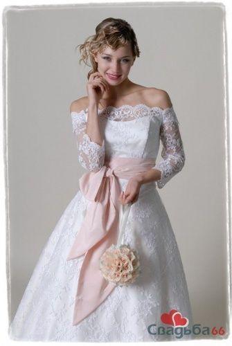 Нежный образ невесты в пышном свадебном платье с кружевными плечами и