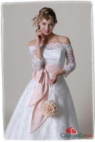Нежный образ невесты в пышном свадебном платье с кружевными плечами и с розовым бантом на талии. - фото 26 simik