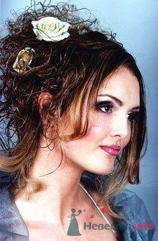 Прическа невесты локоны, собранные в пучок, с цветами в волосах. - фото 45 simik