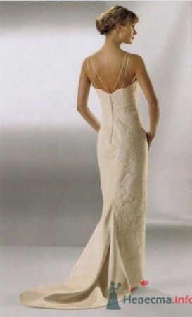 Невеста спиной в кружевном платье цвета айвори с корсетом на пуговицах и с коротким шлейфом.  - фото 189 simik