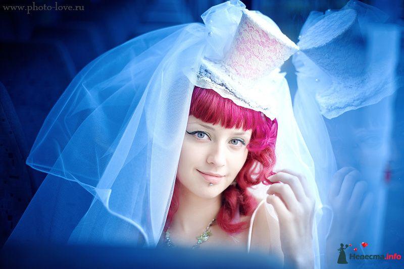 Нежный свадебный образ невесты подчеркнут прической на длинные волосы - собранные локоны, украшенные цилиндром и вуалью - фото 94385 Фотограф Сергей Беликов