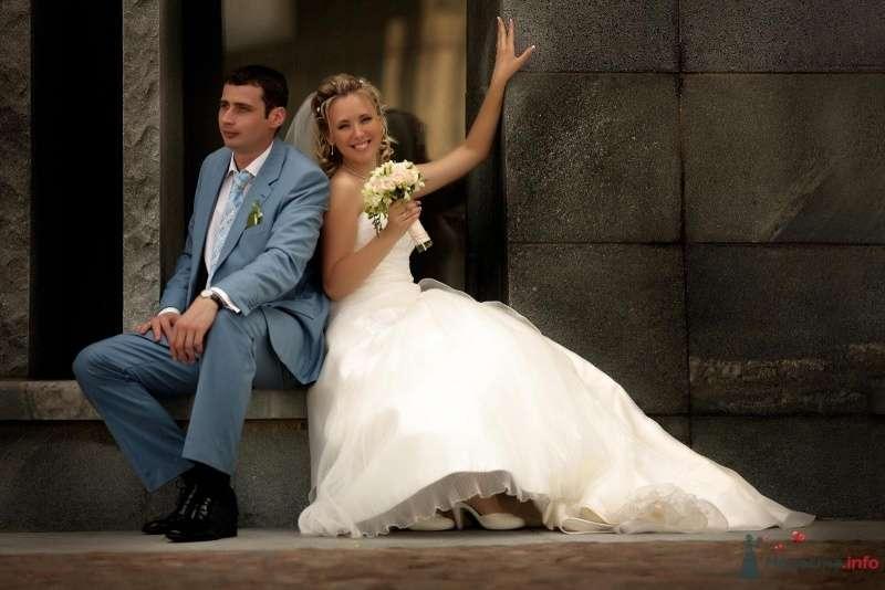 Жених и невеста сидят, прислонившись друг к другу, на крыльце здания - фото 36581 РАДОСТЬ