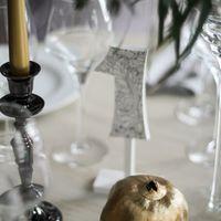 Бохо-шик. Принтованные номерки столов, канделябры с  золотыми свечами и золотой гранат