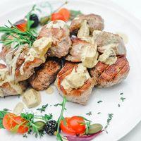 Свиная вырезка на углях под соусом из белых грибов