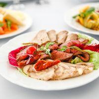 Мясное ассорти домашнего приготовления (буженина запеченная, рулет куриный с сыром чеддер, ростбиф запеченный с пряностями)