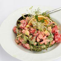 Салат из слабосоленой семги, коктейльных креветок, рукколы, авокадо и икрой летучей рыбы