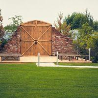 Амбарные ворота. Выездная регистрация у воды. Загородная свадебная площадка Ранчо.