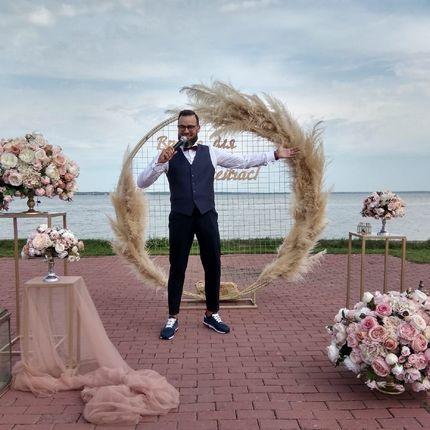 Проведение свадьбы + диджей + музыкальное и световое оборудование + экран