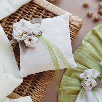 подушечка для колец Рустик, лён, украшена объемными розами из ткани и мешковины