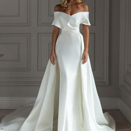 Атласное платье с накладным шлейфом