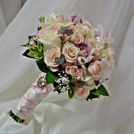 Букет невесты из мини-орхидей и роз с брошью