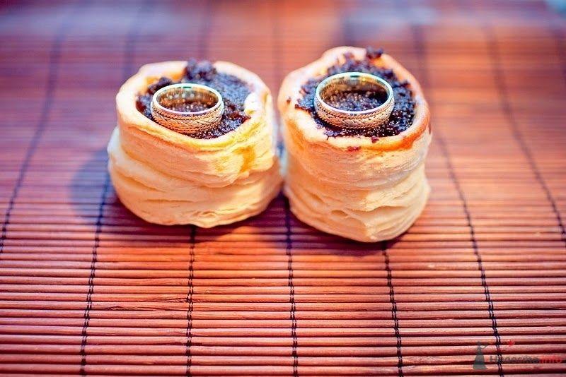 Обручальные кольца с драгоценными камнями на пироженках с маком.