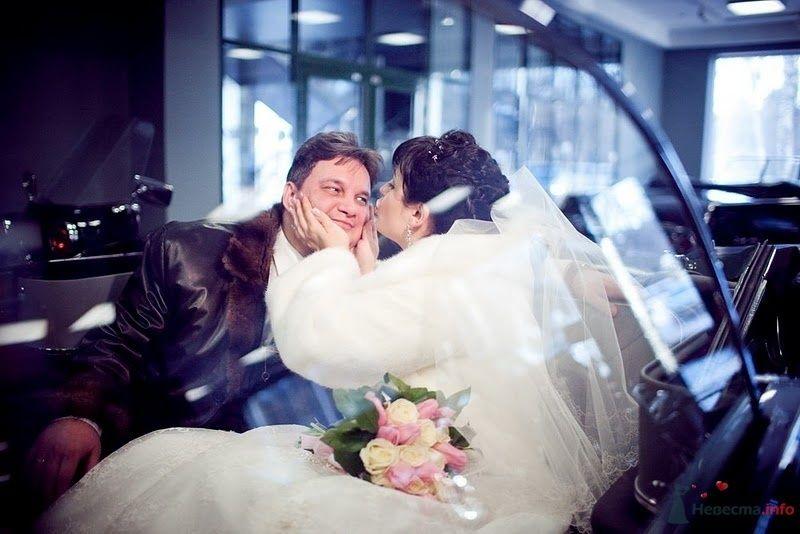 Невеста целует жениха в машине - фото 74532 Алеся Викторовна