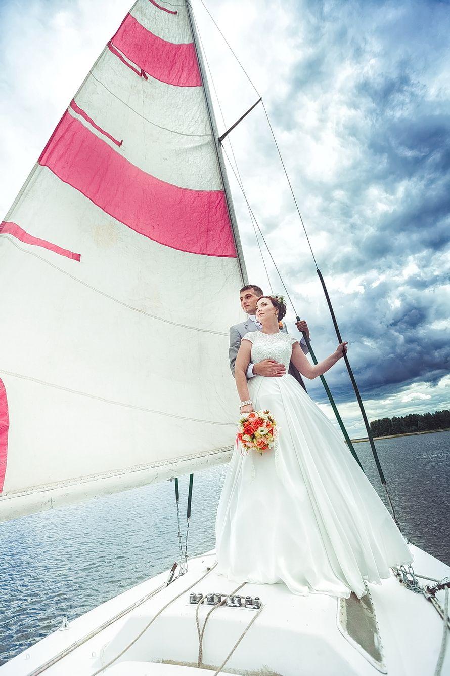 Жених и невеста, прислонившись друг к другу, стоят на палубе яхты возле бело-розового паруса - фото 3447697 Свадебная фото-видео студия Василия Алексеева