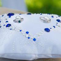 Бело-синяя подушечка для колец