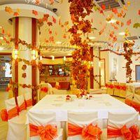 Осенняя свадьба с использованием натурального мха и листьев