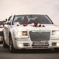 Белый свадебный Крайслер 300С в освобожденном Севастополе.