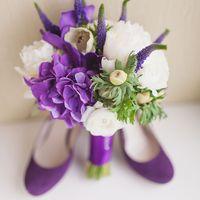 Фиолетовый букет невесты из белых пионов, сиреневых гортензий, зелени и сиреневой вероники, декорированный сиреневой лентой, и сиреневые туфли с круглым носиком