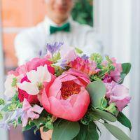 Букет невесты из розовых пионов и голубых фиалок