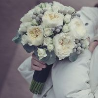 Свадебный букет из роз Дэвид Остина, кустарной розы и серой брунии