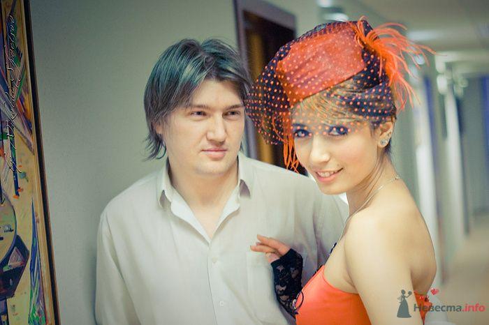 Жених и невеста стоят, прислонившись друг к другу, в помещении - фото 78862 Фотограф Швецов Николай