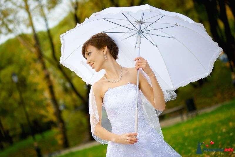 В руках невесты белый зонт с рюшами - фото 364473 Фотограф Неукрытый Валерий