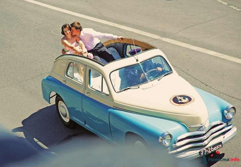 Жених и невеста на свадебной фотосессии в бело-голубом ретро автомобиле - фото 122818 Зюзя