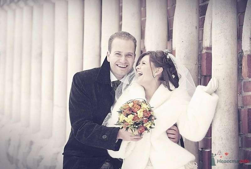 Жених и невеста стоят, прислонившись друг к другу, у кирпичной стены - фото 61350 Sane4ka