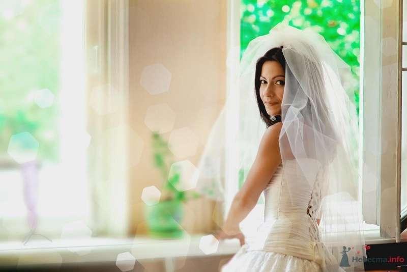 Невеста в белом платье стоит у окна - фото 54296 Anjuta