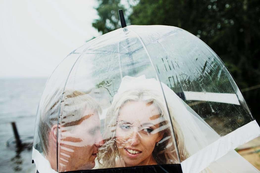 Жених и невеста стоят под прозрачным зонтом - фото 2160670 Свадбеный фотограф Татьяна Кугушева