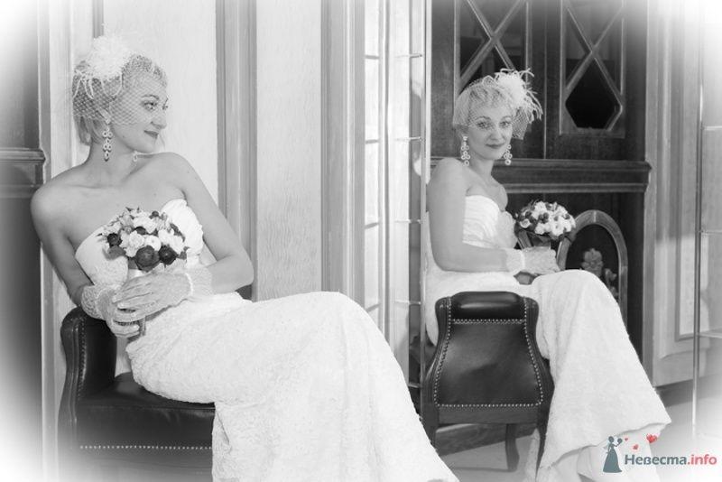 Невеста с букетом цветов сидит в кресле возле зеркала - фото 69842 Свадебный фотограф Сергей Несин