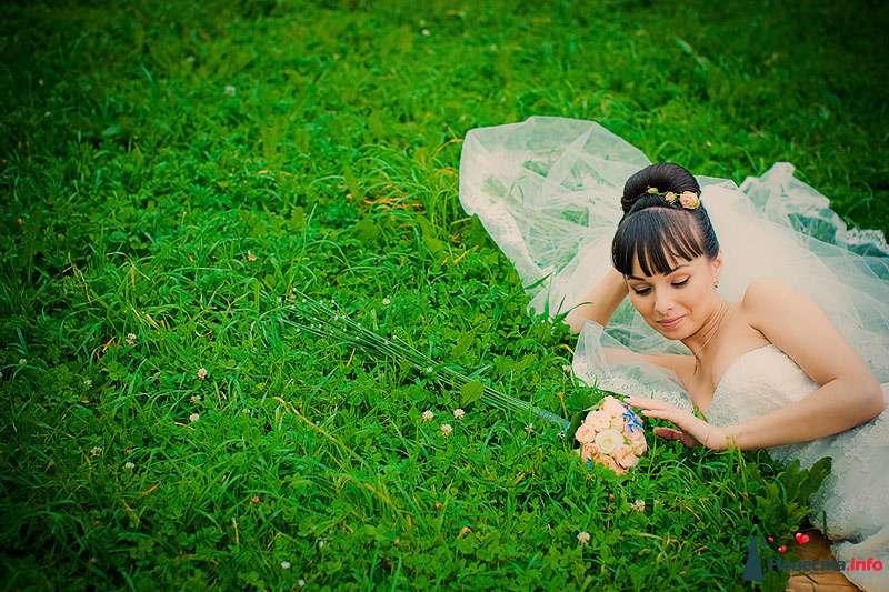 Невеста в белом платье лежит на траве в парке рядом с букетом цветов - фото 86784 Свадебный фотограф. Татьяна Гаранина