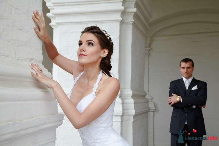 Жених и невеста стоят возле белого дома недалекого друг от друга - фото 106622 Анастасия Lokofoto - фотограф
