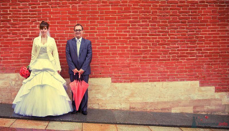 Дених и невеста стоят на фоне красной кирпичной стены - фото 73395 Фотограф Сергей Ежов