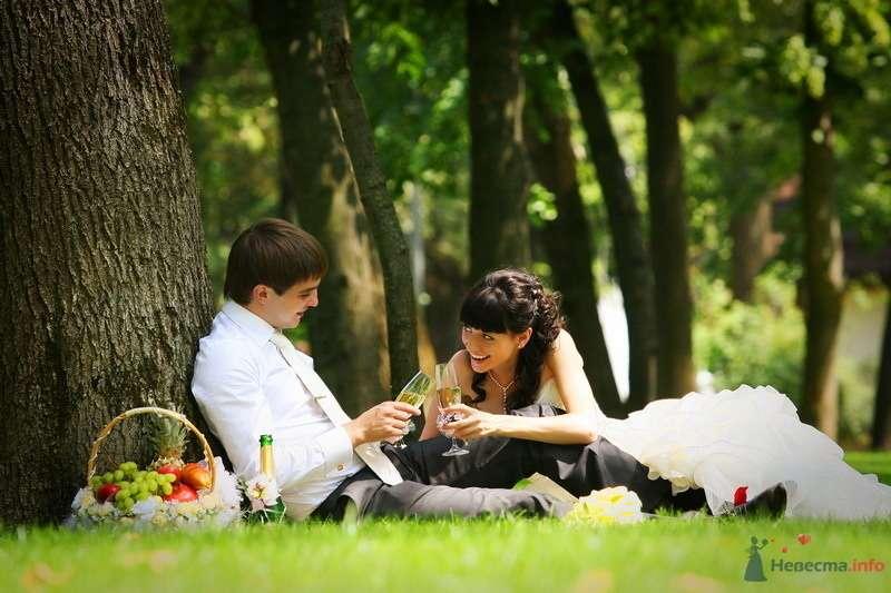 Жених и невеста сидят на траве в лесу и держат в руках бокалы - фото 75415 Невеста01
