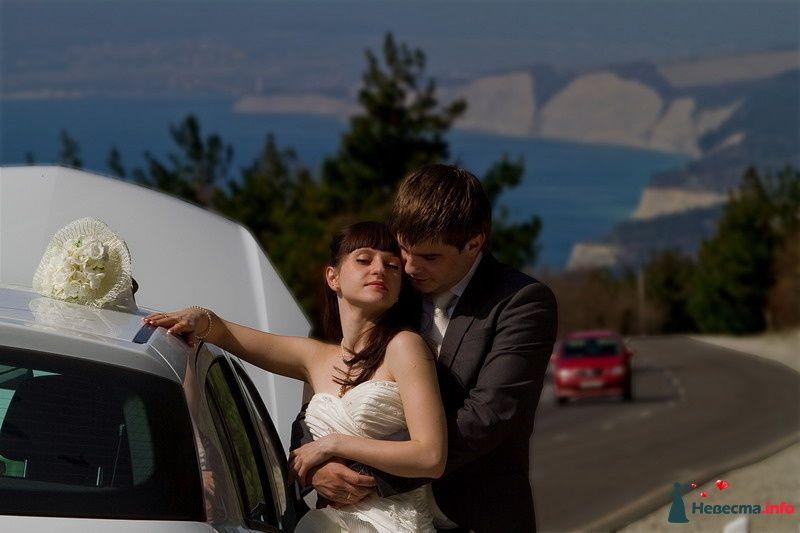 Жених и невеста, прислонившись друг к другу, стоят на фоне автомобиля на дороге - фото 86977 Невеста01