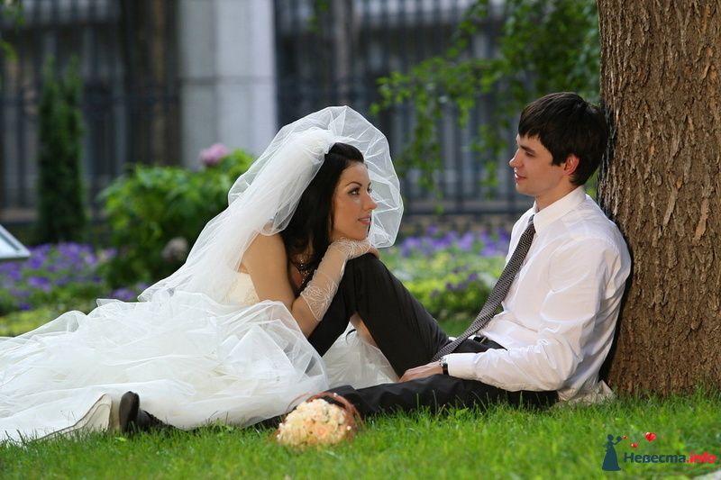 Жених и невеста сидят, прислонившись друг к другу, в парке на траве - фото 88108 Невеста01