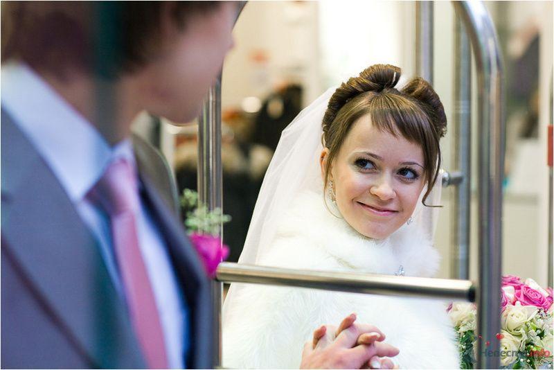 Жених и невеста смотрят друга на друга возле окна - фото 77654 Фотографы Никифоровы-Гордеевы Сергей и Константин