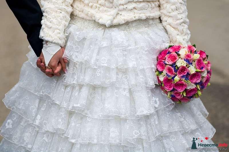Букет невесты из белых эустом, ярко-розовых роз и синих фиалок  - фото 99185 Дуэт фотогрфов Никифоров Костя и Гордеев Сергей