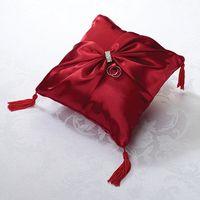 Красная подушечка для колец с кистями