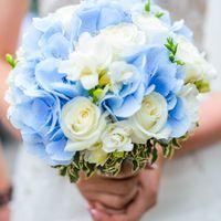 Букет невесты из голубых гортензий, зеленого лигуструма, белых роз и фрезий