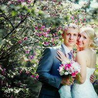 Майская фотография. Прекрасная пара в цветущем саду.